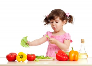 ילדה אוכלת ירקות